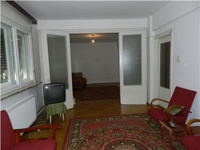 Apartament decomandat,spatios, ultracentral, cu curte si garaj propriu