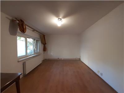 Apartament nemobilat, parter, centrala termica, pretabil firma