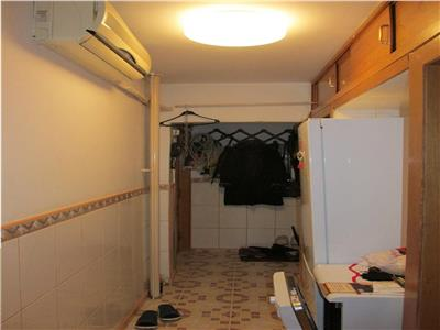 Apartament cu 3 camere semidecomandat in Craiovita - Materna